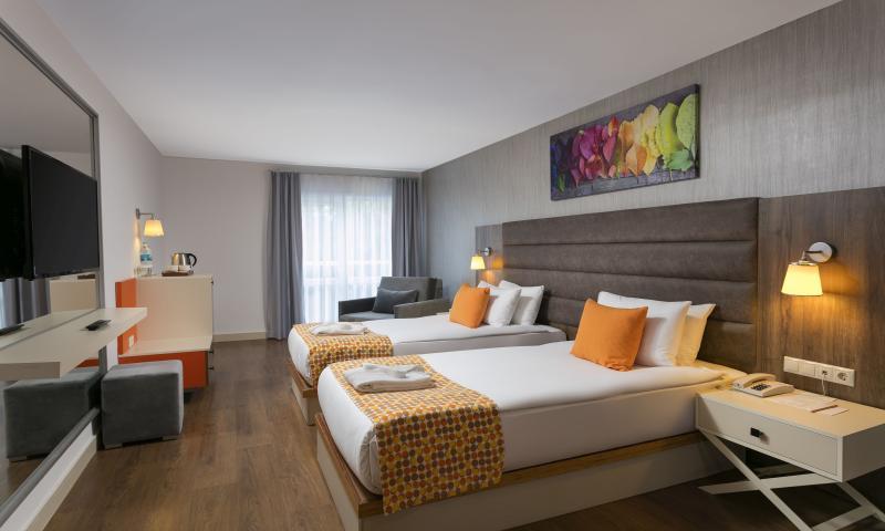 Otel Standart Oda, Havuz Manzaralı(Geniş Balkonlu)